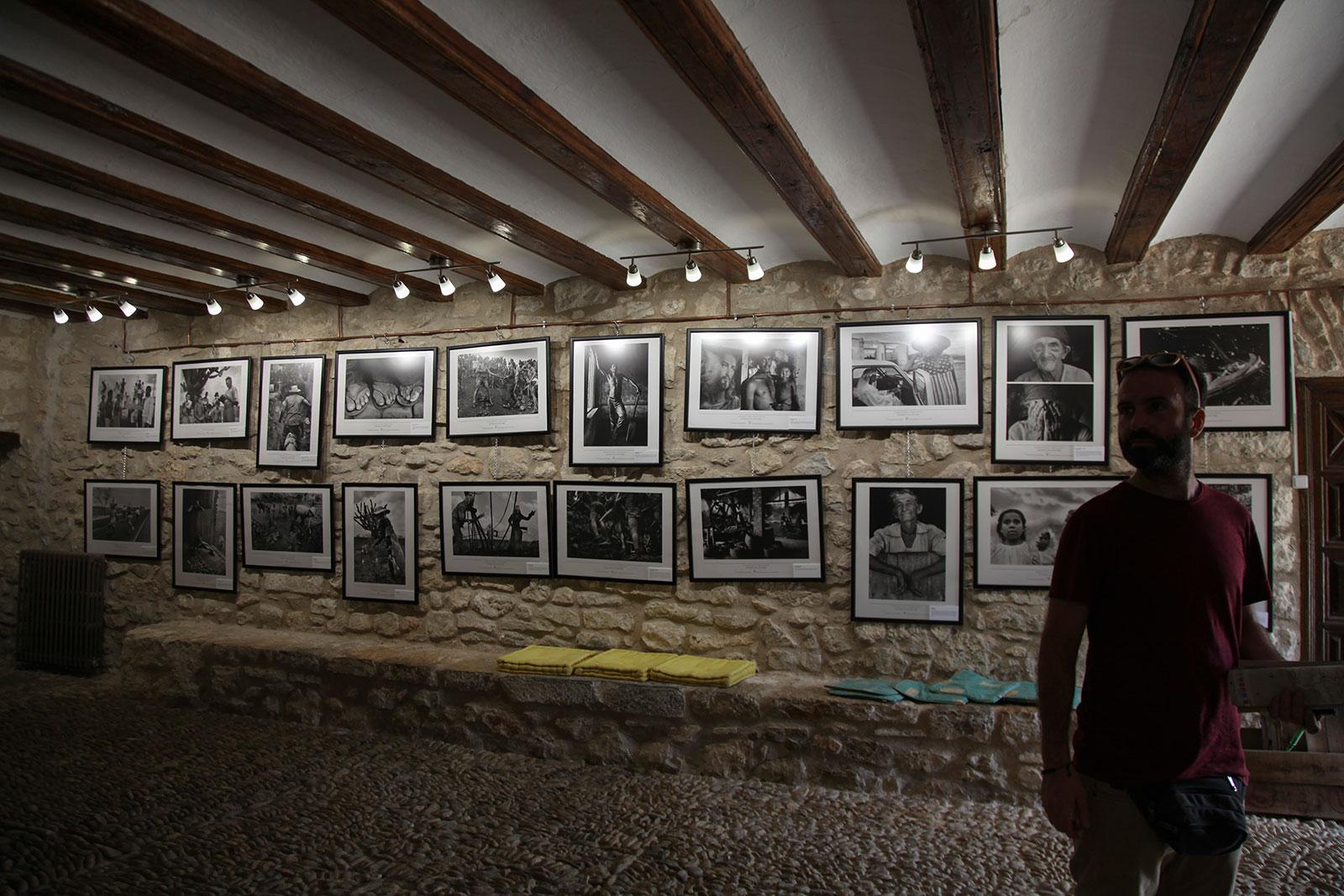 Observando la exposición en la cooperativa La Pastora