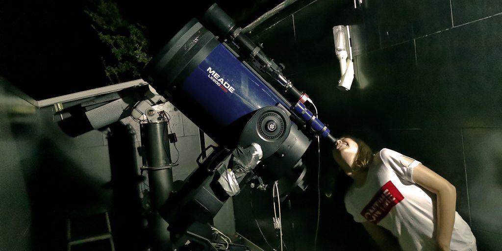 Viendo estrellas y planetas en el observatorio astronómico