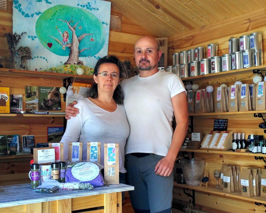 Gema y Pedro en su cabaña de madera donde ofrecen al visitante su obra, herbes de l'Alt Pirineu recolectadas y preparadas para su consumo.