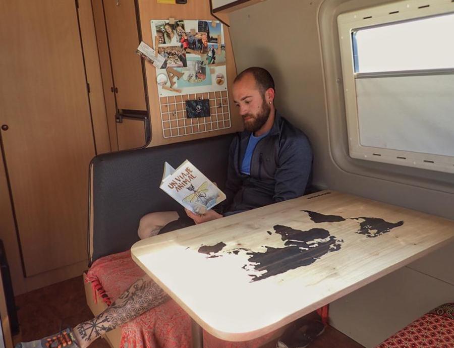 Leyendo un Viaje animal de Gema Segura