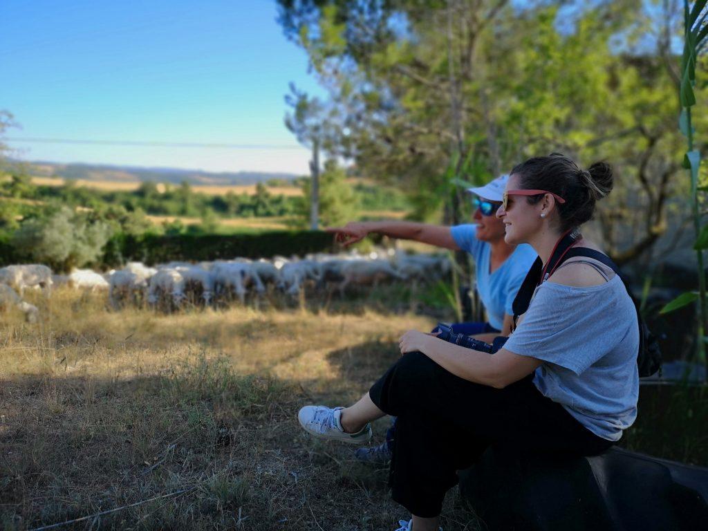 Conversando con Gemma sentadas en el viejo neumático de tractor