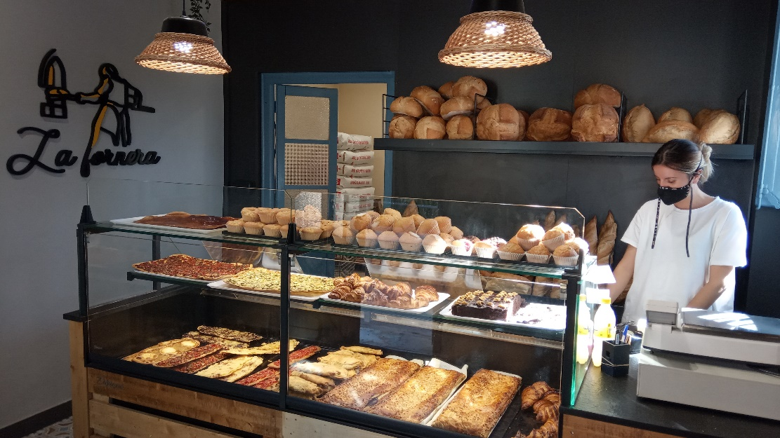 Delicias del horno de Vilamitjana, el único establecimiento abierto en el pueblo